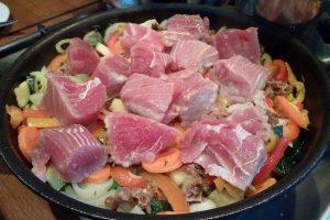 Tuńczyk duszony w warzywach