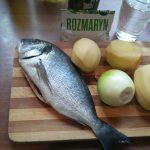 Dorada z ziemniakami i cebulą